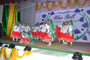 Haryanvi dance by the girls on the song 'Main ghani bawari..'